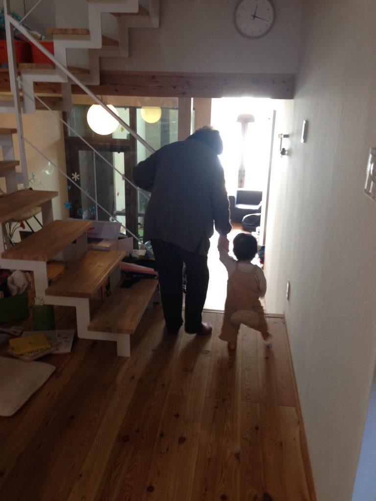 86歳のひいおばあちゃんと1歳 お互い手をつないで家の中を歩く練習