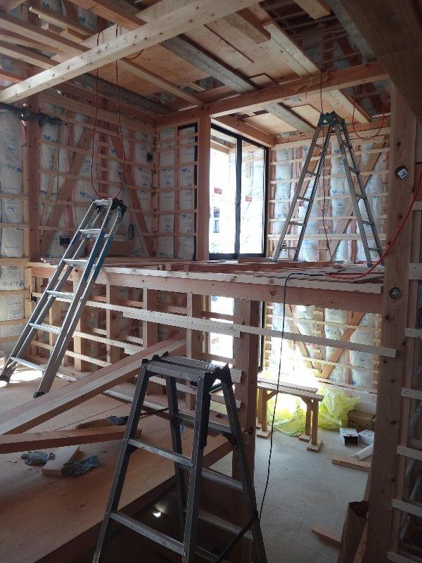 岐阜のFrameWork設計事務所の現場「小屋名の家」 スキップフロアなので移動のために脚立がいっぱいでした