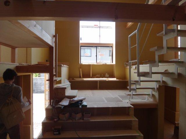岐阜のFrameWork設計事務所の物件「小屋名の家」  スキップフロアなので段差がいっぱいあります リビング