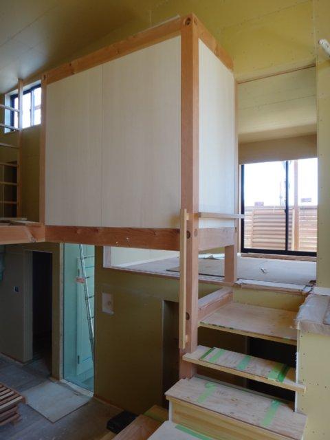 岐阜のFrameWork設計事務所の物件「小屋名の家」  リビング スキップフロアで中央に見えるのは和室の押し入れです