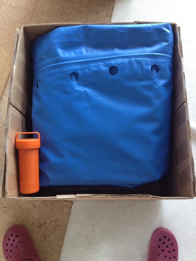岐阜のFrameWork設計事務所の物件「七郷の家」に届いた荷物をオープン 現れたのはオレンジのボトルと青いビニール