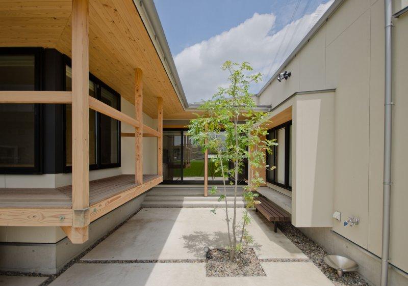 01 岐阜のFrameWork設計事務所の物件 七郷の平屋 南に開かれた中庭を囲んで部屋が配置されています。庇のおかげでどの部屋にも外の光が優しく入り込んであかるいです。中庭の木はシマトネリコです