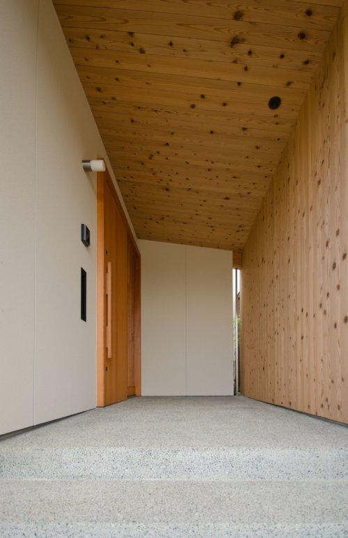 02 岐阜のFrameWork設計事務所の物件 七郷の平屋 玄関 壁と天井は杉の板張りです。床は豆砂利洗い出し