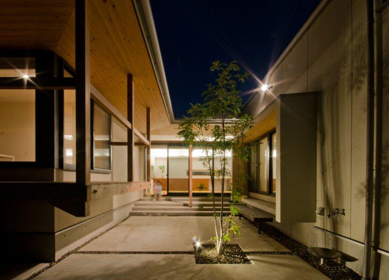 06-1 岐阜のFrameWork設計事務所の物件  七郷の平屋 夜の中庭の様子