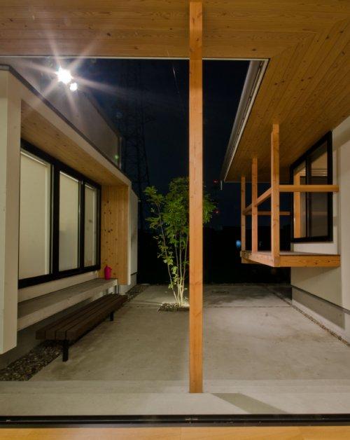 06-2 岐阜のFrameWork設計事務所の物件 七郷の平屋 夜の中庭の様子 右側は和室 左側は子供室です。窓と段差があるのでベンチを設置しました。