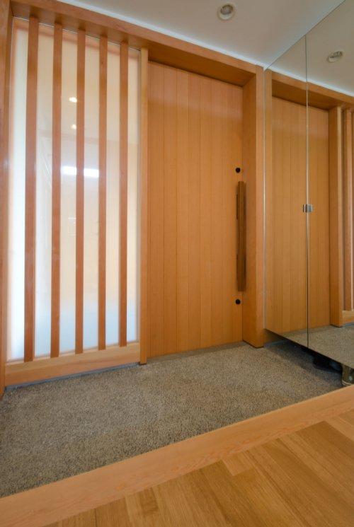 07 岐阜のFrameWork設計事務所の物件 七郷の平屋 玄関 木製の引き戸 鏡貼りのシューズクロークの扉