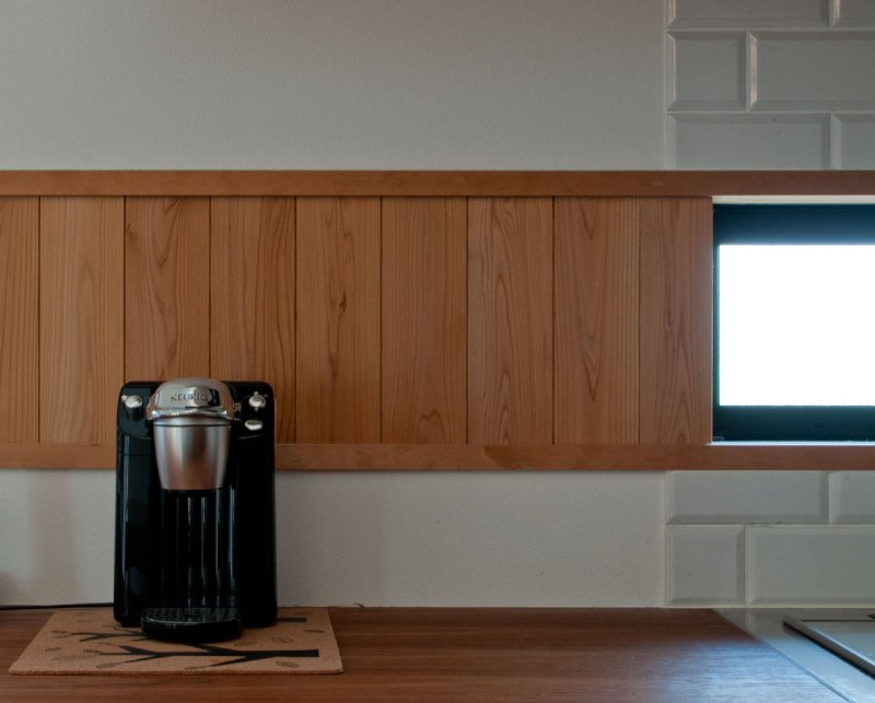 05 岐阜のFrameWork設計事務所の物件  七郷の平屋 ダイニングの壁は一部板張り、キッチンの壁は一部タイル貼りです