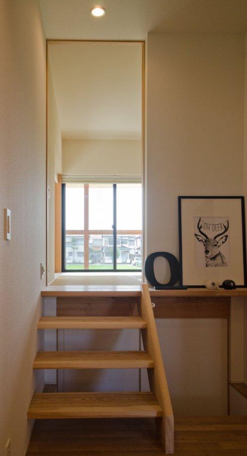 09 岐阜のFrameWork設計事務所の物件 七郷の平屋 玄関から 和室へのアプローチ 階段で上がります。下は収納になってます。
