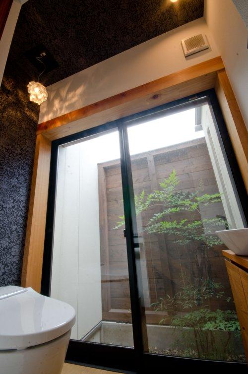 11 岐阜のFrameWork設計事務所の物件  七郷の平屋 トイレ お施主さんがセレクトした柄物のクロスを貼りました。シャンデリアもお気に入りのものです。