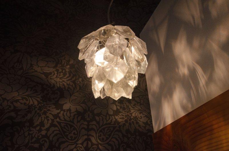 12 岐阜のFrameWork設計事務所の物件 七郷の平屋 トイレの照明 シャンデリアです。