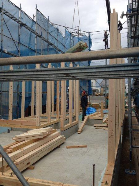 岐阜のFrameWork設計事務所の現場「おやまっのいえ」 上棟 大垣 木材が組み上がっていきます。