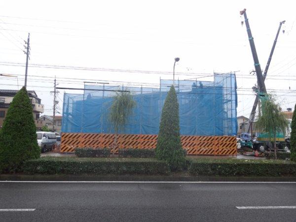 岐阜のFrameWork設計事務所の現場「おやまっのいえ」 上棟 大垣 大きな道路沿いに建物はあります。