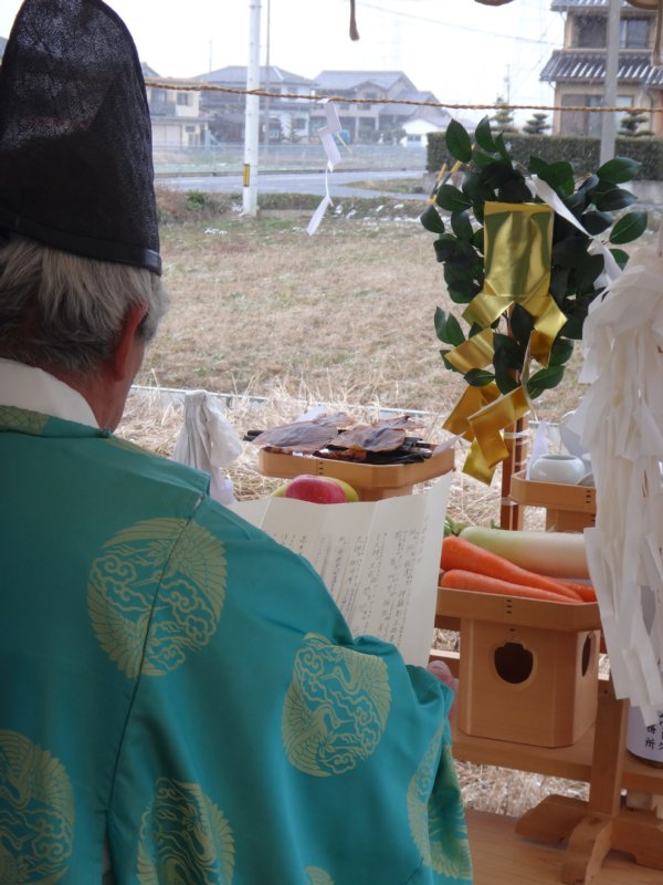 岐阜のFrameWork設計事務所の物件「安八町の家」 地鎮祭 神主さんが祭壇の前で祝詞奏上