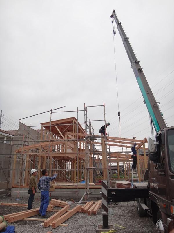岐阜のFrameWork設計事務所の物件「安八町の家」 上棟 木材が組み上がって家の形が見えてきました