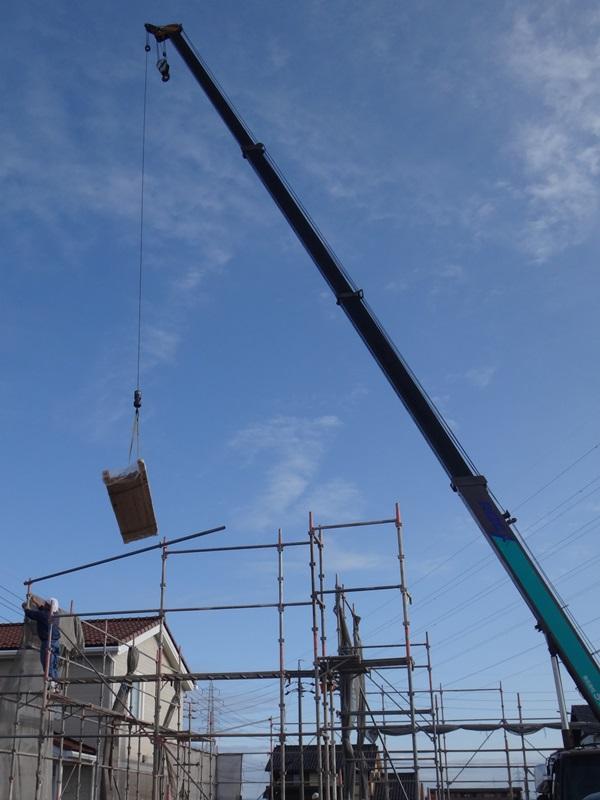 岐阜のFrameWork設計事務所の物件「安八町の家」 上棟 朝の青空の下クレーンが荷物を吊り上げてます