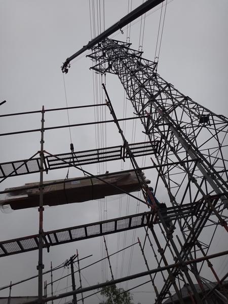 岐阜のFrameWork設計事務所の物件「鏡島ベース」 上棟 すぐちかくには高圧線の鉄塔