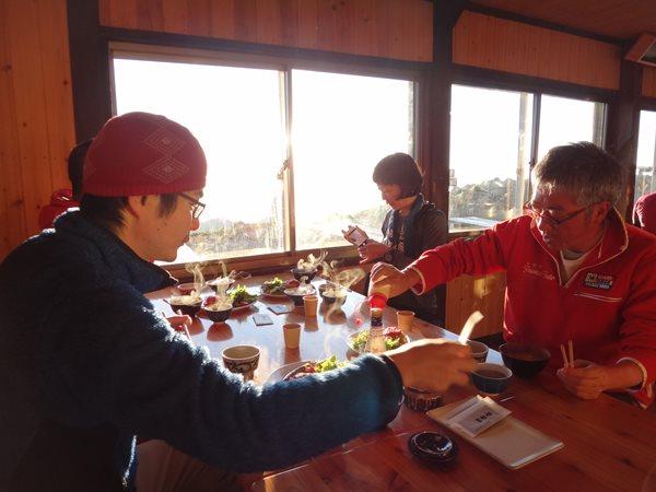 03 北アルプス表銀座縦走 大天荘 朝日をいっぱい浴びながら食べる朝食