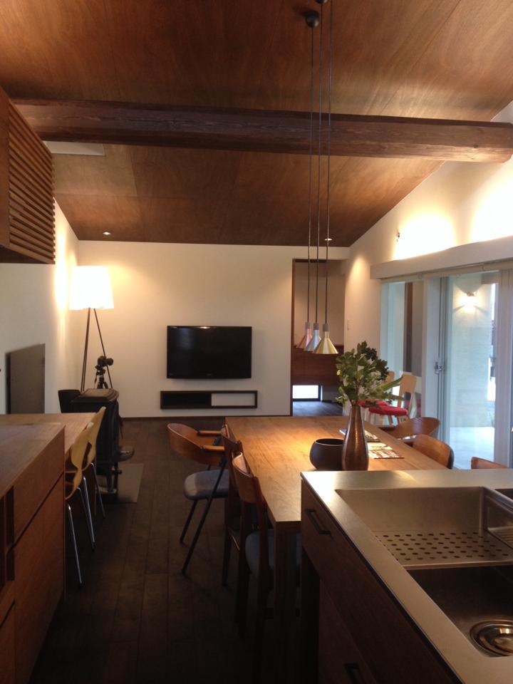 岐阜のFrameWork設計事務所の物件「安八町の家」見学会  キッチンからダイニング、リビングを見てます