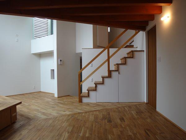 03 岐阜のFrameWork設計事務所の物件「鏡島ベース」のリビングです 階段を見てます