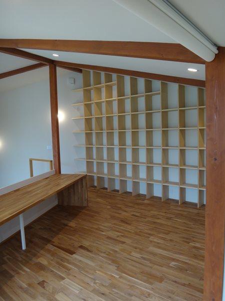 05 岐阜のFrameWork設計事務所の物件「鏡島ベース」 フリースペース 大きな本棚があります