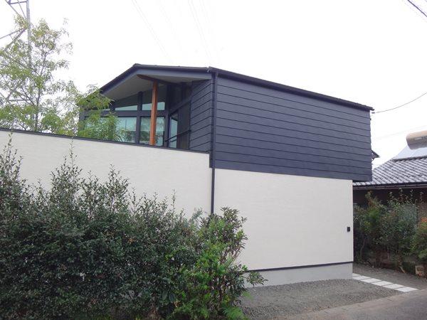 01 岐阜のFrameWork設計事務所の物件「鏡島ベース」 の外観 1階は左官仕上げ2階はガルバリウム鋼板です