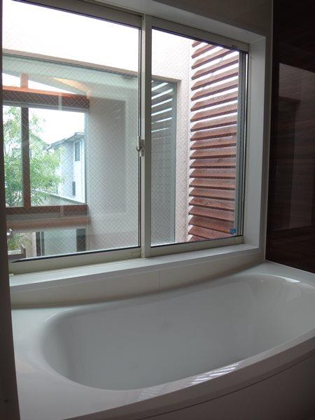 06 岐阜のFrameWork設計事務所の物件「鏡島ベース」 2階にある浴室は外が見えて開放感たっぷり