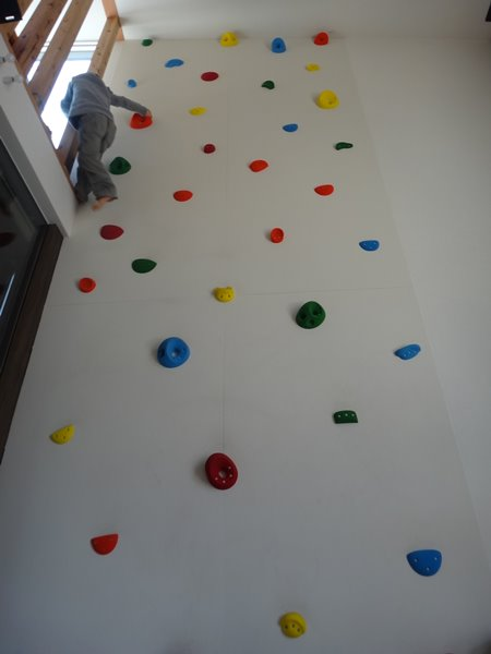 岐阜のFrameWork設計事務所の物件「おやまっのいえ」 1年点検  クライミングウォールを登って2階に到着