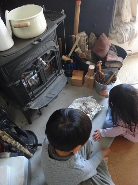 岐阜のFrameWork設計事務所の物件「おやまっのいえ」 1年点検 薪ストーブを囲む子供たち