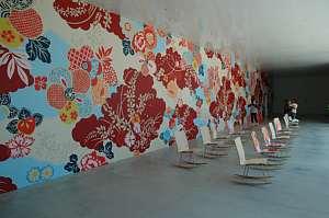 建築訪問 金沢21世紀美術館 壁一面に描かれたアート 椅子もかわいい