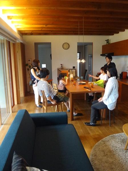 岐阜 FrameWork設計事務所の物件「若葉いろの家」 リビングで談笑
