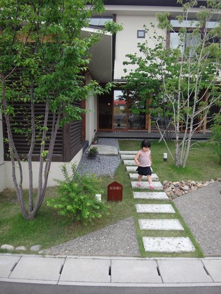 岐阜 FrameWork設計事務所の物件「若葉いろの家」 緑に囲まれたアプローチ