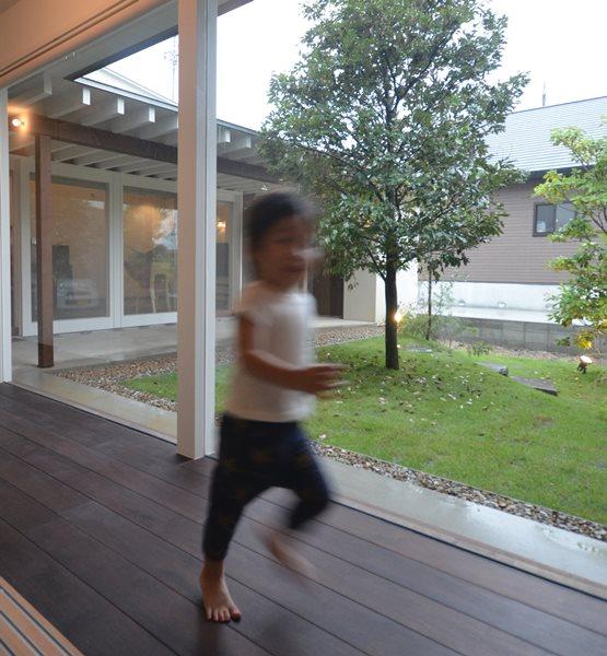岐阜のFrameWork設計事務所の物件「安八町の家」見学会 廊下を走る息子さん 見事なフォーム