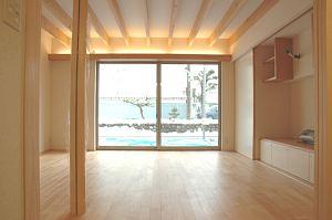 岐阜のFrameWork設計事務所の物件「三橋の家」のリビングです。南に大きな開口があり明るい居間です