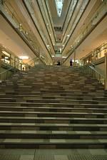 表参道に建つ 建築家 安藤忠雄さんの2006年の作品 表参道ヒルズ 内部の大階段から見上げます