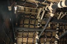 岐阜県の世界遺産白川郷へ 合掌造りの天井 囲炉裏の煙で木材は黒くなってます