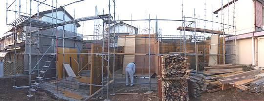 岐阜のFrameWork設計事務所の現場「各務原の家」型枠工事中 現場監督の後ろ姿