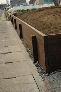 岐阜のFrameWork設計事務所の物件「西中島の家」 お施主さん自らDIYで庭作り 杉板の土留です