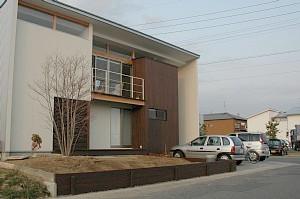 岐阜のFrameWork設計事務所の物件「西中島の家」 お施主さん自らDIYで庭作り 杉板の土留です ちょっと離れて撮影