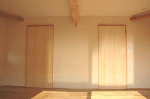 岐阜のFrameWork設計事務所の物件「三橋の家」の2階の寝室です。鴨居が扉の幅になっていて、閉じた状態ですっきりしています