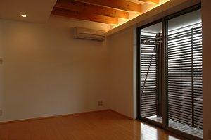 岐阜のFrameWork設計事務所の物件「西中島の家」の主寝室です。ルーバー部分は洗濯物干し場です。目隠しで安心です。