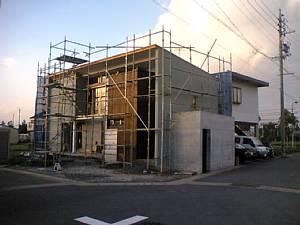 岐阜のFrameWork設計事務所の現場「西中島の家」 板貼りの外壁部分を施工中