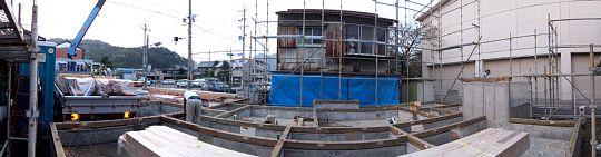 岐阜のFrameWork設計事務所の現場「上土居の家」 上棟の前日の様子 足場ができて、土台が伏せてあります