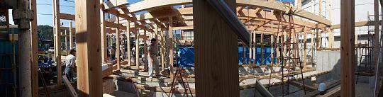 岐阜のFrameWork設計事務所の現場「各務原の家」建て方の日です。建物の形が組み上がってきました