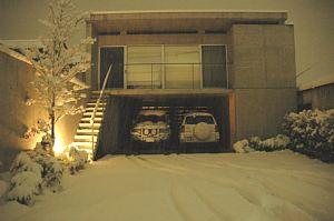 """岐阜のFrameWork設計事務所の物件「七郷の家」にたくさんの雪が積もりました。雪で覆われてキレイです、夜なのに明るい感じ"""""""