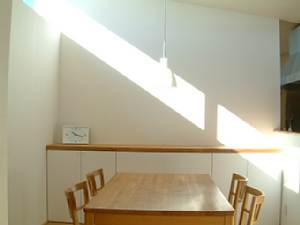 岐阜のFrameWork設計事務所の物件「西中島の家」のお施主さんから送られてきた写真 ダイニングの壁にきれいな日差しのライン