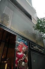 表参道に建つ 建築家 青木淳さんの2002年の作品 ルイ・ヴィトン 表参道 外観