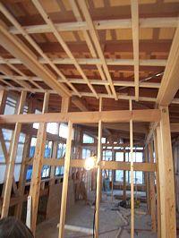 岐阜のFrameWork設計事務所の現場「上土居の家」2階の天井下地が始まりました。勾配天井はいい感じ