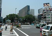 表参道に建つ 建築家 隈研吾さんの2003年の作品 one 交差点からよく目立ちます