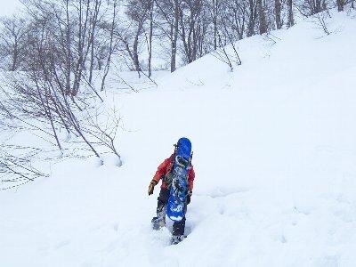 長野 栂池高原スキー場 スノーシュー履いてスノボーを担いで雪の中へ