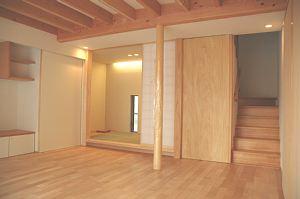 岐阜のFrameWork設計事務所の物件「三橋の家」のリビングです。北側には和室、階段があります